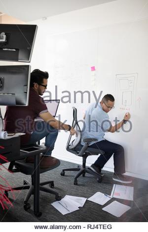 Tausendjährige Unternehmer Brainstorming im Büro - Stockfoto