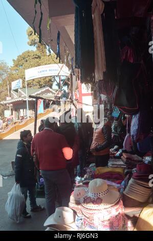 Batasia Loop, Darjeeling, 2 Jan 2019: Ladenbesitzer Straße abgewürgt. In Darjeeling und Ghum, einem berühmten Shopping Bereich für Mode entfernt trägt, Kunsthandwerk, - Stockfoto