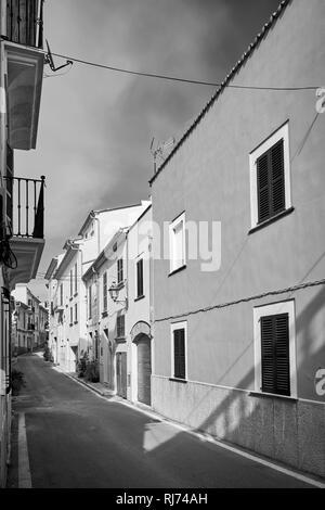 Schwarz-weiß Bild eines leeren Straße in der Altstadt von Alcudia, Mallorca, Spanien. - Stockfoto
