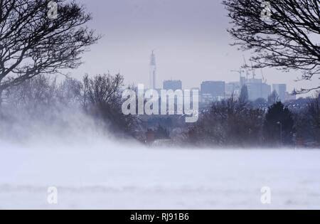 Bild Aussicht auf die Stadt von der Oakland Recreation Ground Yardley mit dem Schnee weht über. Schnee auf den Straßen von Birmingham, wie es schlägt die West Midlands wie Schnee Chaos zu Grip UK weiter. Schwere Unwetter in den nächsten Tagen möglich und könnte sie beeinflussen. Es gibt jetzt eine erhöhte Wahrscheinlichkeit, dass schlechtes Wetter, Unterbrechungen und sogar eine mögliche Gefahr für Leben führen könnte. - Stockfoto