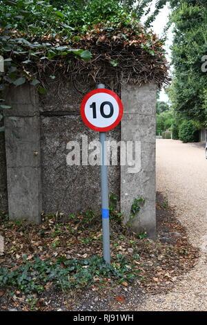 Straßenverkehr Geschwindigkeit unterzeichnen. 10 Mph. Aldeburgh, Suffolk, England, Großbritannien - Stockfoto