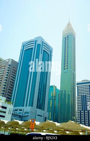 Ahmed Abdul Rahim Al Attar Tower ist ein super hohen Wolkenkratzer. Dubai ist die größte und bevölkerungsreichste Stadt in den Vereinigten Arabischen Emiraten (VAE). Es befindet sich an der südöstlichen Küste des Persischen Golf gelegen und ist die Hauptstadt des Emirats Dubai, einem der sieben Emirate, die das Land machen. Dubai entstand als eine globale Stadt und Wirtschaftszentrum des Nahen Ostens. - Stockfoto