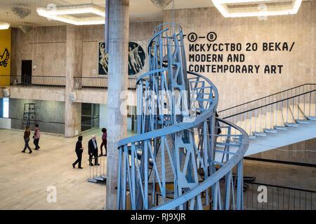 Moskau, Russland - 18. JANUAR 2019: Besucher in der Eingangshalle des Neuen Tretjakow Galerie für Moderne Kunst auf Krymsky Val in Moskau. Dieses Museum ist ein Zweig - Stockfoto