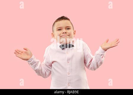Warum ist das so. Schönen männlichen Brustbild isoliert auf trendy Pink Studio Hintergrund. Junge emotionale überrascht, frustriert und verwirrt jugendlich Junge. Menschliche Gefühle, Mimik Konzept. - Stockfoto