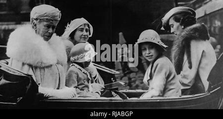 Nach rechts: Queen Mary, Herzogin von York (später Elizabeth Queen Consort), Prinzessin Margaret, Prinzessin Elizabeth (später Königin Elizabeth II. und die Herzogin von Kent, in einer offenen Kutsche 1935 Links Stockfoto