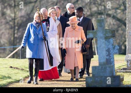 Die Königin von St. Peter und Paul Pfarrkirche, West Newton in der Nähe von Sandringham, Norfolk, am Sonntag, den 3. Februar nach morgen Service. - Stockfoto