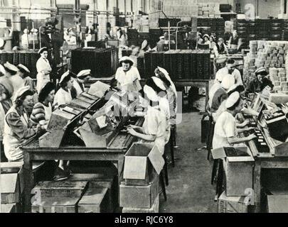 Bovril Fabrikarbeiter Verpackung Notration Packs für die britischen Streitkräfte, wahrscheinlich an der Fabrik in Ampthill, Bedfordshire, während des Zweiten Weltkriegs. - Stockfoto