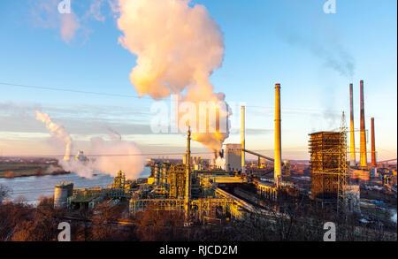 Stahl Standort Duisburg Hamborn, Kokerei Schwelgern ThyssenKrupp Steel, Hochöfen, hinten links und den Kühlturm des Kohlekraftwerk Du - Stockfoto