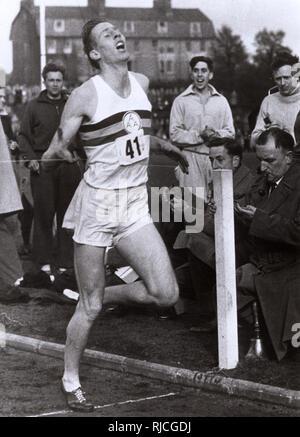 Roger Bannister von Großbritannien (1929-2018), mit einer Zeit von 3 Minuten 59.4 Sekunden, wird die erste Person, die eine Meile in unter 4 Minuten laufen, an der Abingdon Road Sportplatz, England am 6. Mai 1954. - Stockfoto