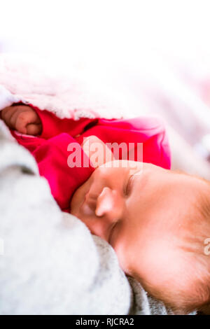 Baby schläft. New Born Baby. Baby schlafend in Kinderbett in Decke gewickelt. - Stockfoto