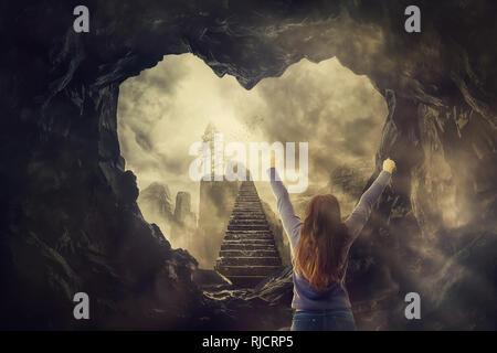 Surreale Freiheit Konzept, Frau Ansicht von hinten die Hände oben vor einem mystischen Treppe hinauf in den Himmel. Geheimnis Flucht aus einem Herzförmigen dunkel c - Stockfoto