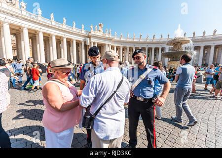 Vatikanstadt, Italien - 5 September, 2018: Viele Leute stehen Fragen Wachen um Hilfe von Kirche auf dem Petersplatz Basilika während der sonnigen Tag Masse in der - Stockfoto
