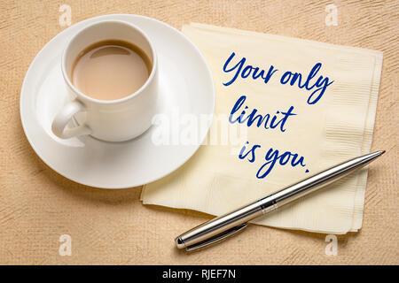 Ihre einzige Grenze ist Sie - inspirierende Handschrift auf einer Serviette mit einer Tasse Espressokaffee - Stockfoto