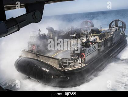 CAMP PENDLETON (20. Juli 2016) eine Landing Craft air cushion (LCAC) Fahrzeug bereitet sich auf das Deck des amphibious Transport dock Schiff USS Essex (LPD 25) während einer gut Deck onload-Funktion als Teil der PHIBRON-MEU integrierte Ausbildung (PMINT), geben Sie ein Szenario-basierte Amphibischen integration Übung mit Amphibischen Staffel fünf und der 11 Marine Expeditionary Unit als Teil der Makin Island Amphibious Ready Gruppe (MKIARG).