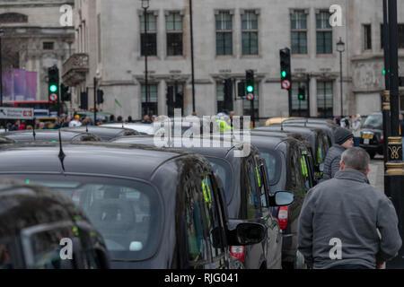 London, Großbritannien. 6. Februar 2019, Black Cab Taxi Protest schließt nach Central London, UK. Straßen um das Parlament herum. Schwarze Taxifahrer protestierten über Straßen zu den Taxis in Central London, UK geschlossen wird.. Sie ihre Kabinen um den Parliament Square und seine apporaces führt zu kilometerlangen Staus mit erheblichen Verspaetungen Verkehr Quelle: Ian Davidson/Alamy Leben Nachrichten geparkt - Stockfoto