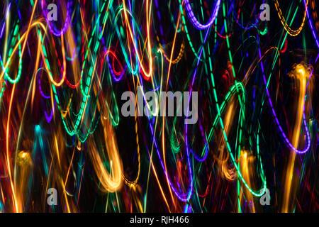 Abstraktion. Vertikale leuchtenden bunten Schleifen auf dunklem Hintergrund. Fotografische Effekt mit langen Belichtungszeit. - Stockfoto