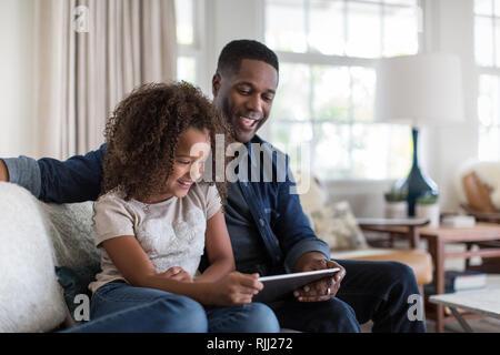 African American Vater und Tochter zusammen mit digitalen Tablet - Stockfoto