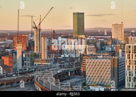 Manchester City Centre Skyline Blick über die Dächer von Salford aus Wilburn Becken nach der Ordsall Netzkabel in die Neue Bailey Bereich - Stockfoto