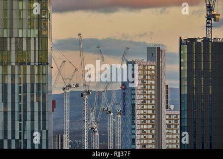 Manchester City Centre Skyline Blick über die Dächer Beetham Tower und Freiheit leben Studentenwohnheim Frames der Kran Towers - Stockfoto