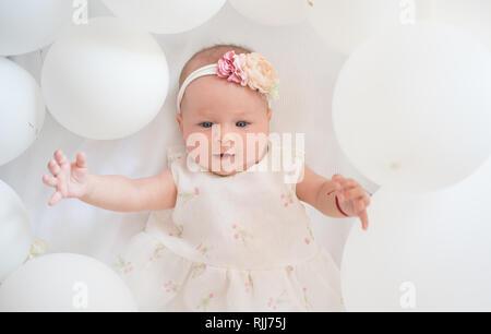 My sweet Baby. Familie. Kinderbetreuung. Tag der Kinder. Kleines Mädchen. Alles Gute zum Geburtstag. Kindheit Glück. Portrait von glücklichen kleinen Kind im weißen Luftballons - Stockfoto