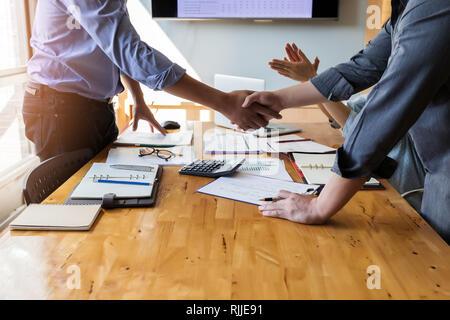 Geschäft Leute die Hände schütteln, bis Beendigung einer Versammlung. Zwei zuversichtlich, Geschäftsmann, Hände schütteln während einer Sitzung im Büro, Erfolg, Umgang, gree - Stockfoto
