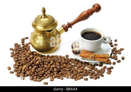 Kaffeebohnen, Kaffeekanne und Schale auf weißem Hintergrund - Stockfoto