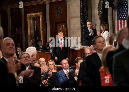 Washington, Vereinigte Staaten von Amerika. 05 Feb, 2019. Us-Präsident Donald Trump erkennt an Gästen während der Zustand der Union Adresse Februar 5, 2019 in Washington, DC. Credit: Planetpix/Alamy leben Nachrichten - Stockfoto