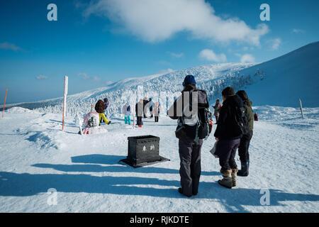 """Touristen beten oben auf Schnee monster Bäume, am 5. Februar 2019. Ursache eine warme Winter die Saison für seltsam geformte, schneebedeckte Bäume, nicknamed jetzt Monster"""" vorbei ist. 'Monsters' in der Regel den Hängen des Mount Zao in Japan. Mount Zao, einer 1.841 hohen Vulkan gebietsübergreifende Yamagata und Miyagi Präfekturen, ist einer der wenigen Orte in Japan, wo das Phänomen der jetzt Monster"""" gesehen werden kann. Starke Winde über den nahe gelegenen See schleudern Wassertröpfchen, die Freeze gegen die Bäume und ihre Äste bis in der Nähe von - horizontale Eiszapfen fangen an sich zu bilden. Fallenden Schnee auf dem Eis Formationen und - Stockfoto"""