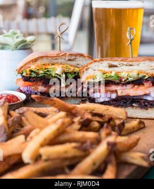Vegane Burger, Pommes und Bier