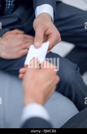 Geschäftsmann gibt Business Card. Business Theme. - Stockfoto