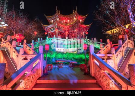 Chengdu, Provinz Sichuan, China - 29.November 2015: HeJiang Pavillon bei Nacht für eine Musik öffentliche Show für das chinesische Neujahrsfest beleuchtet - Stockfoto