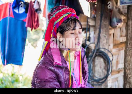 Mae Hong Son, Thailand - 7. Februar 2019: Karen Langer Necked Frau. Die ersten Brass Ring ist im Alter von 5 hinzugefügt,
