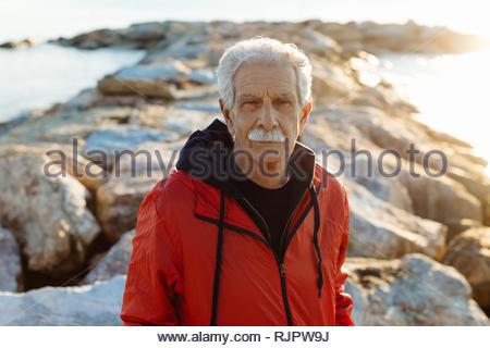 Portrait von älteren Menschen am Strand, Livorno, Italien - Stockfoto