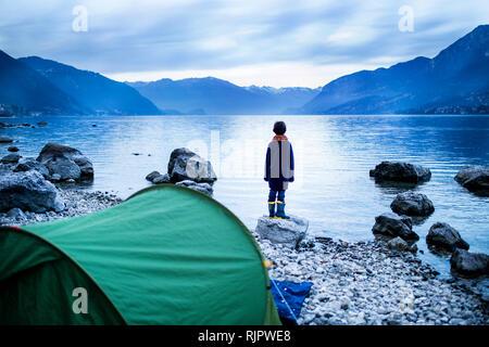 Junge mit Blick über den See, Rückansicht, Comer See, Onno, Lombardei, Italien
