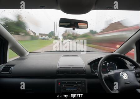 Rennradfahrer tragen hohe Sichtbarkeit Jacke zeichnet sich bei Besetzt country lane, die Kraftfahrer ausreichend Zeit zu reagieren. - Stockfoto