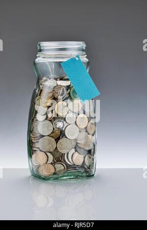 Einsparungen aus Glas Glas mit Pfund Münzen - Stockfoto