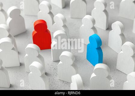 Liebe Suche Konzept. Das Konzept der Business Partner zu finden. Menge der weissen Bevölkerung und zwei Menschen eine rote und blaue Frau Mann. - Stockfoto