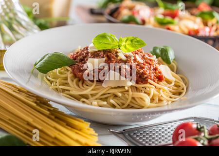 Nahaufnahme der italienischen Pasta Spaghetti Bolognese in weiße Platte - Stockfoto