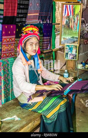 Mae Hong Son, Thailand - 7. Februar 2019: Karen Langer Necked Frau weben. Die ersten Brass Ring ist im Alter von 5 hinzugefügt, - Stockfoto