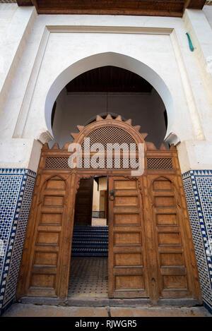 Tür oder Tor der Medrese (Medersa Bou Inania el Bouanania) ist als hervorragendes Beispiel für Marinid Architektur anerkannt. Fes, Marokko Stockfoto