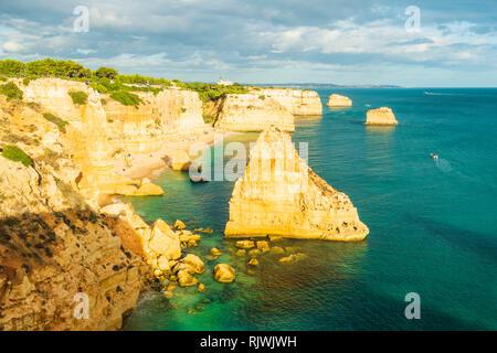 Hohe Blick auf die zerklüftete Küste, Praia da Marinha, Algarve. Portugal, Europa - Stockfoto
