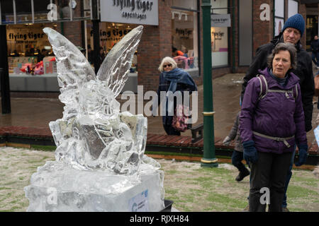 "Leute an einem Dragon Hatchling"" eisskulptur suchen, Eis Trail, York, North Yorkshire, England, UK. - Stockfoto"