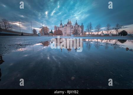 Das Schloss von Schwerin in Deutschland, während tagsüber - Stockfoto