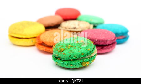 Süße und bunte französische Macarons oder Macaron auf weißem Hintergrund, Dessert. - Stockfoto