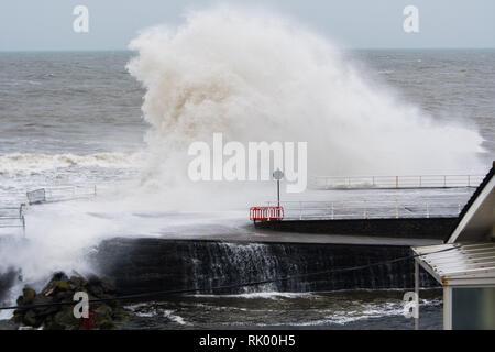 Aberystwyth Wales UK, Freitag, 08. Feb 2019 UK Wetter: Sturm Erik's gale Force Süd-westliche Winde bringt enorme Wellen im Meer Abwehr in Aberystwyth auf der Cardigan Bay Küste zu Teig, West Wales bei Flut an diesem Morgen. Photo Credit: Keith Morris/Alamy leben Nachrichten - Stockfoto