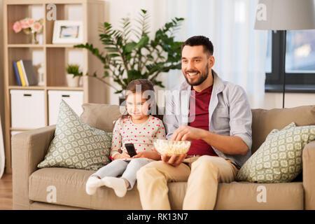 Gerne Vater und Tochter vor dem Fernseher zu Hause - Stockfoto