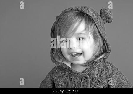 Kindheit und Glück. kleine glückliche Mädchen. Kleines Mädchen Kind lächelnd. Herbst und Frühjahr Kid Mode. Spaß haben. Wenig daydreamer. lächelnd Zicklein auf - Stockfoto