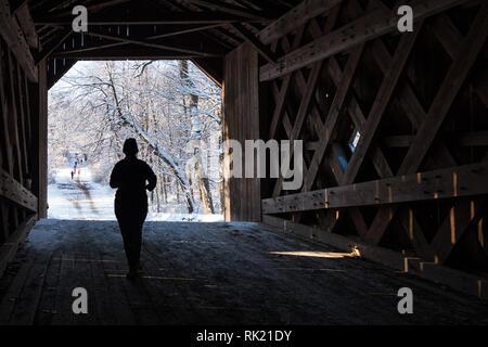 Runner Kreuzung eine hölzerne Brücke - Stockfoto