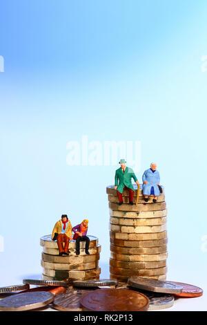Konzeptionelle diorama Bild einer miniaturausgabe Abbildung Rentnerehepaar und junges Paar saß auf einem Stapel von Pfund Münzen - Stockfoto