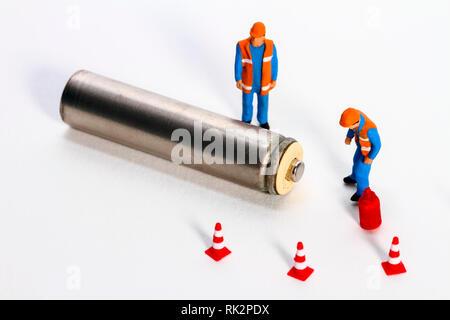 Konzeptionelle diorama Bild der Abfallwirtschaft, bestehend aus miniaturausgabe Abbildung Arbeiter an eine Batterie suchen - Stockfoto